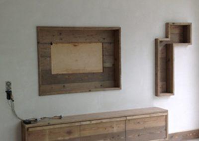 TV muur afgewerkt met steigerhout, nissen en kast verzonken in de muur